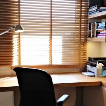 Żaluzje drewniane przy biurku