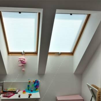 Rolety plisy na oknie dachowym